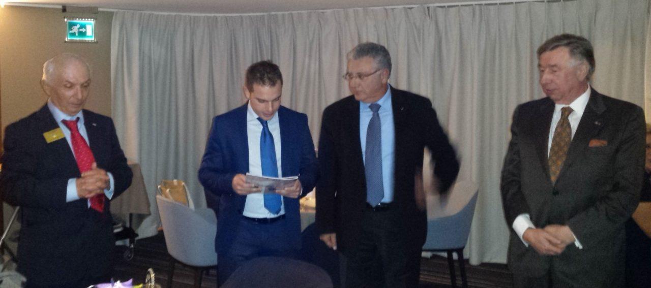 Pierre Weill lit l'engagement de respecer l'éthique rotarienne, en présence du Président R. Marquet et de ses parrains J. Ward et JM Lecomte